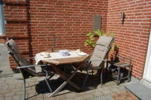 Nyd eftermiddagskaffen eller din morgenmad på terrassen
